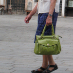 oude vrouw met tas