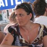 vrouw kijkt foto cea maat